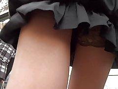 Kort svart klänning tan strumpor upskirt