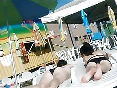 Två unga inte systrar i waterpark