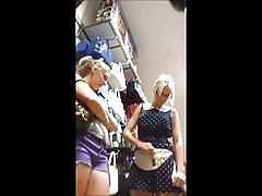 Upskirt blond tonåring silver thong (w ansikte)