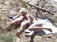 Skinny blond fuck på stranden