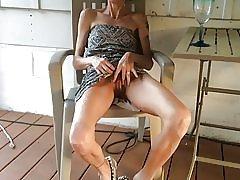 Skinny hustru visar fittan efter ett glas vin