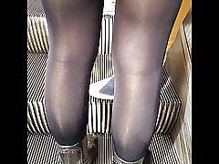 Sexig tjej i mycket blanka svarta ogenomskinliga strumpbyxor