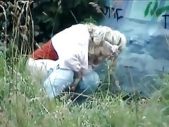 Spionera två blondiner utomhus