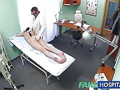 Fakehospital sexig patient gillar det bakifrån med hennes nya